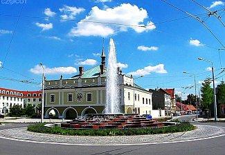 Lázně Bohdaneč - radnice s velkou fontánou